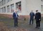 Г.Москаль біля приміщення російської школи у Берегові
