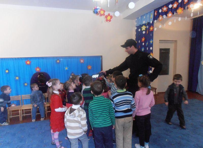 Мукачівські дошкільнята і поліція2
