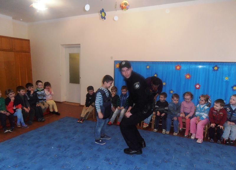 Мукачівські дошкільнята і поліція3