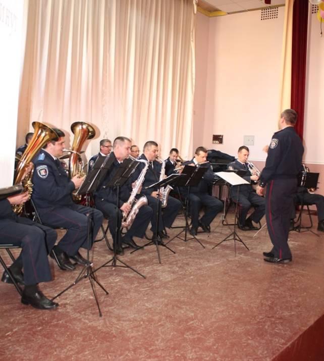 Перед студентами ужгородського коледжу виступає оркестр