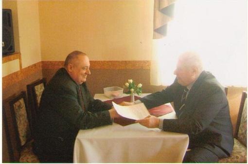 Директор ліцею В.В. Ковбаско підписує угоду з президентом УТА І.І.Половніковим