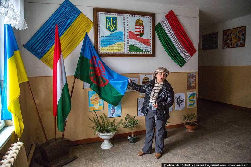 Директорка показує ромську школу в Берегові