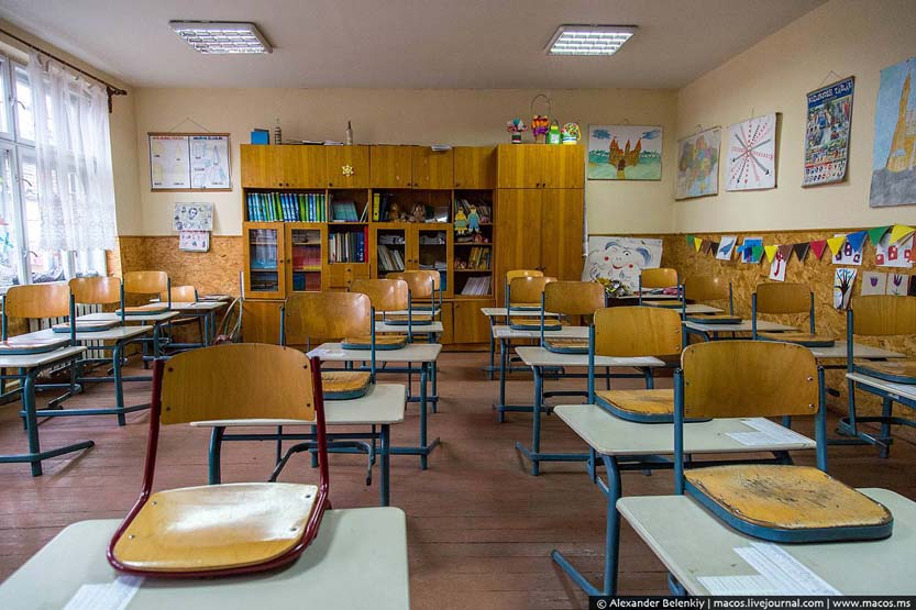 Класи в циганській школі в Берегові