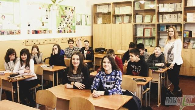 Студентка філфаку УжНУ Марина Коваль із учнями