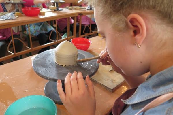 Ужгородська учениця ліпить виріб із глини