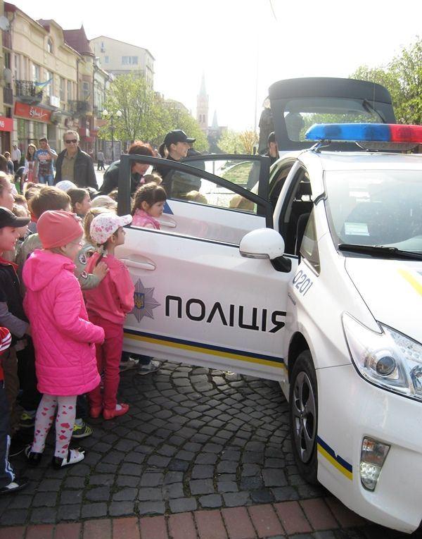 Дошкільнята в Мукачеві біля поліцейської машини