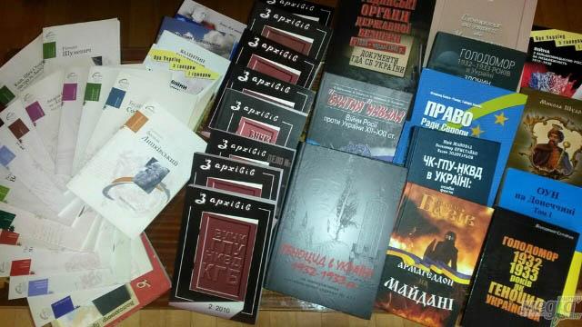 Міжнародний благодійний фонд «Українська родина» передав УжНУ актуальну літературу