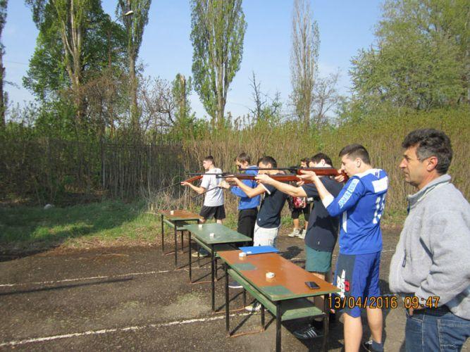 Ужгородські школярі стріляють із гвинтівок