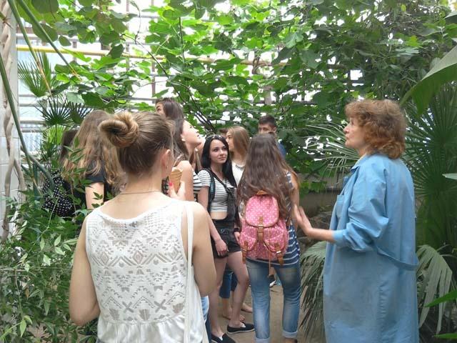 Під час екскурсії у ботанічному саді УжНУ