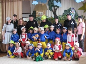 Фото на з поліціянтами та пожежниками на згадку