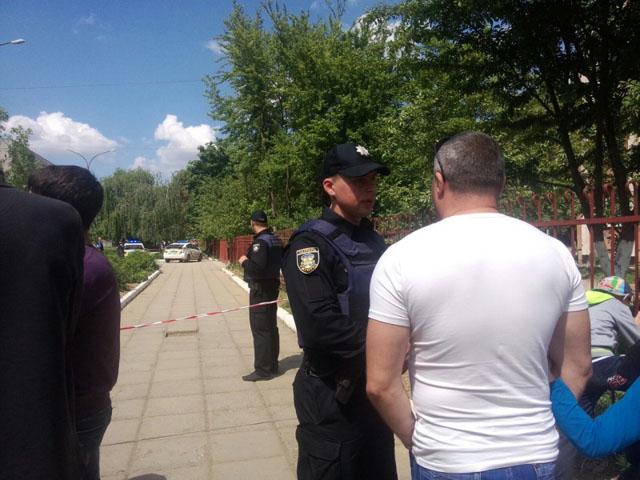 """Поліція біля """"замінованої"""" школи в Ужгороді"""
