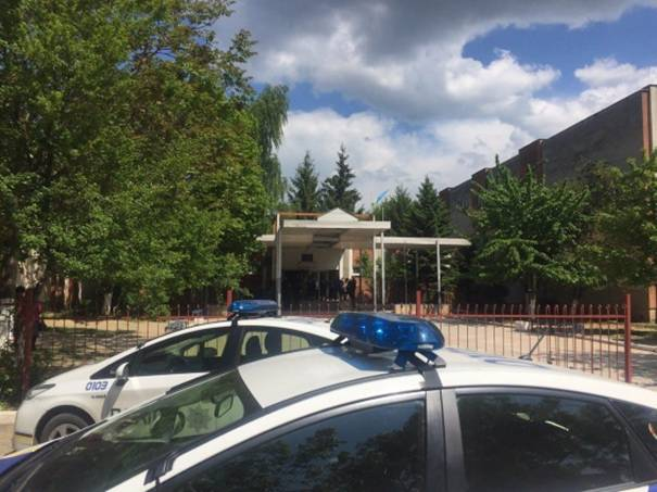 Поліція біля ужгородської ЗОШ № 19