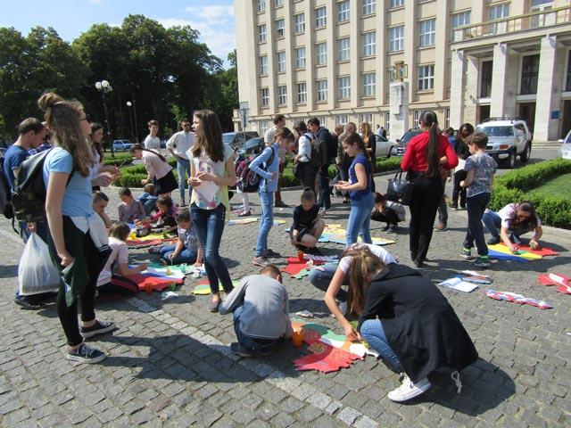 Школярі склали карту Європи біля Закарпатської ОДА