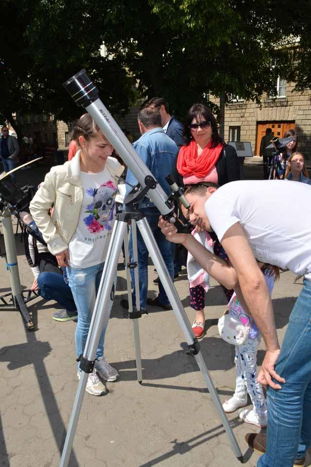 Спостереження за транзитом Меркурія через телескоп в Ужгороді