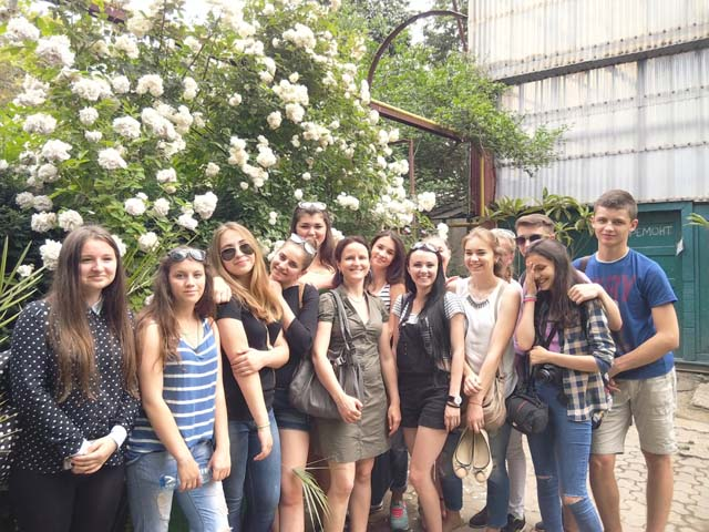 Студенти УТЕК КНТЕУ серед квітів