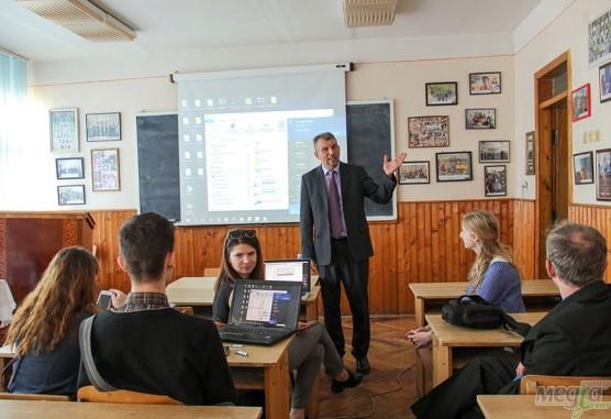 Виступає завідувач кафедри журналістики Юрій Бідзіля