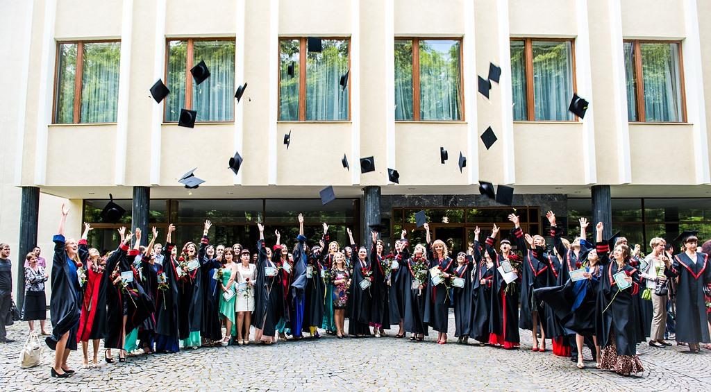Випускники філфаку після вручення дипломів