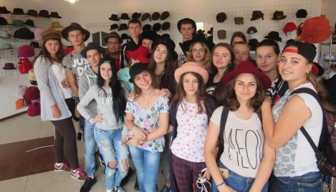 Студенти УТЕК КНТЕУ міряють капелюхи