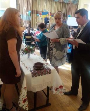 Директор коледжу Л.І. Павлюк та заступник директора С.М. Волощук оцінюють сервірування столів
