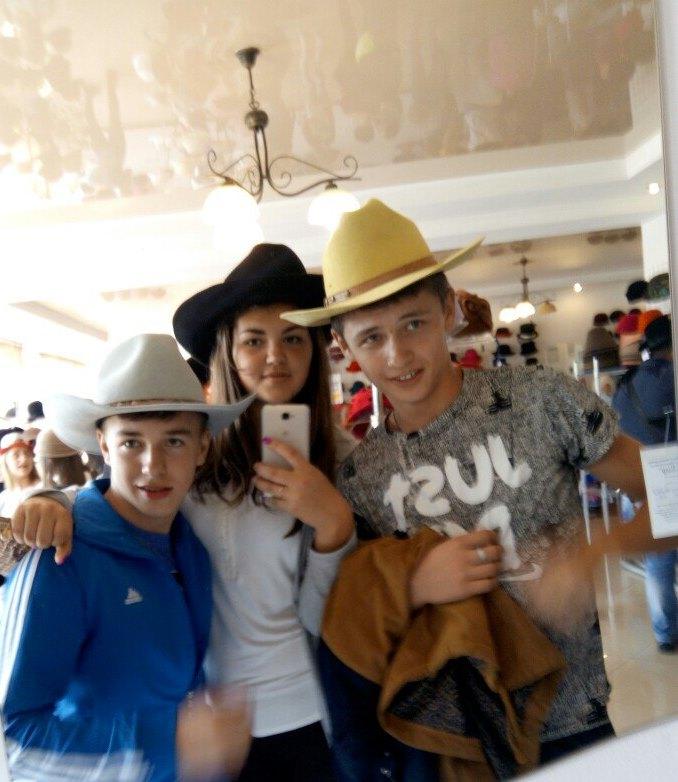 Селфі у нових капелюхах