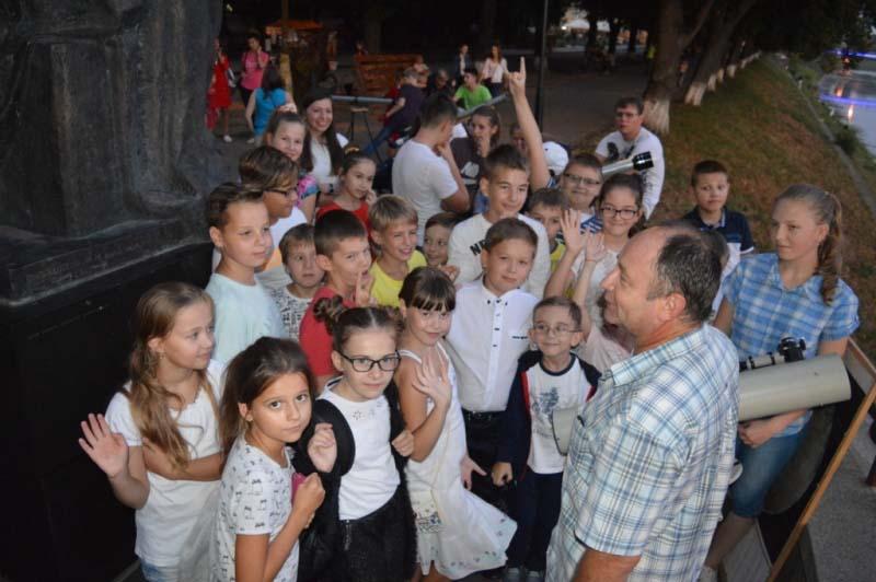 Учні лінгвістичної гімназії в Ужгороді спостерігали за зоряним небом разом із учителем