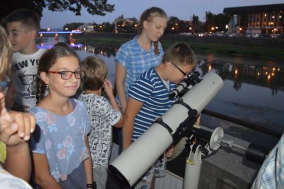Учні Ужгородської лінгвістичної гімназії вивчають космічні тіла через телескоп