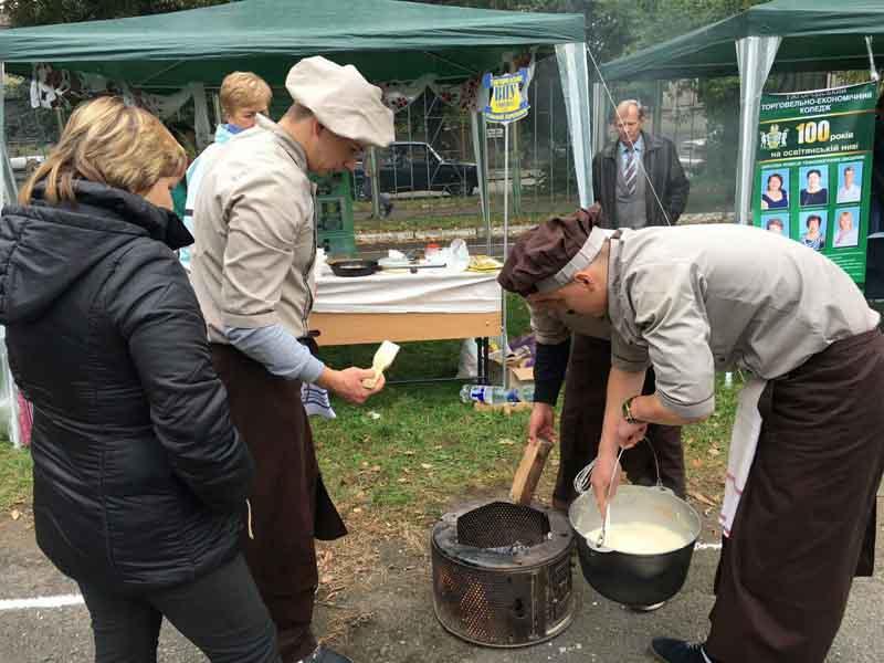 Студенти УТЕК КНТЕУ готують закарпатський банош