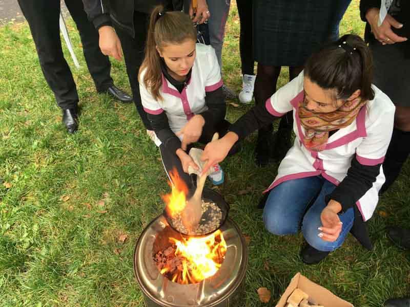 Приготування традиційної закарпатської страви на вогні