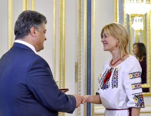 Петро Порошенко вручив нагороду Віолетті Македон