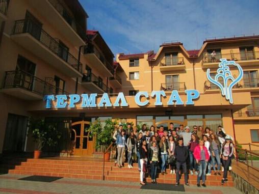Студенти УТЕК та УТЕІ біля центрального входу до санаторно-курортного комплексу «Термал Стар»