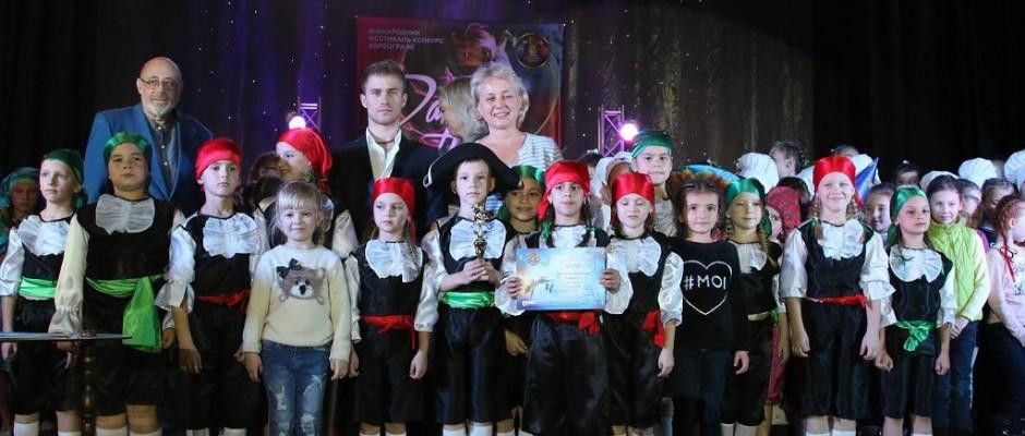 Маленькі ужгородські танцюристи зі своїми керівниками