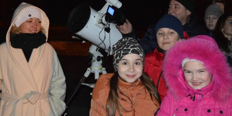 Учні Ужгородської лінгвістичної гімназії та їхні батьки в очікуванні Супермісяця