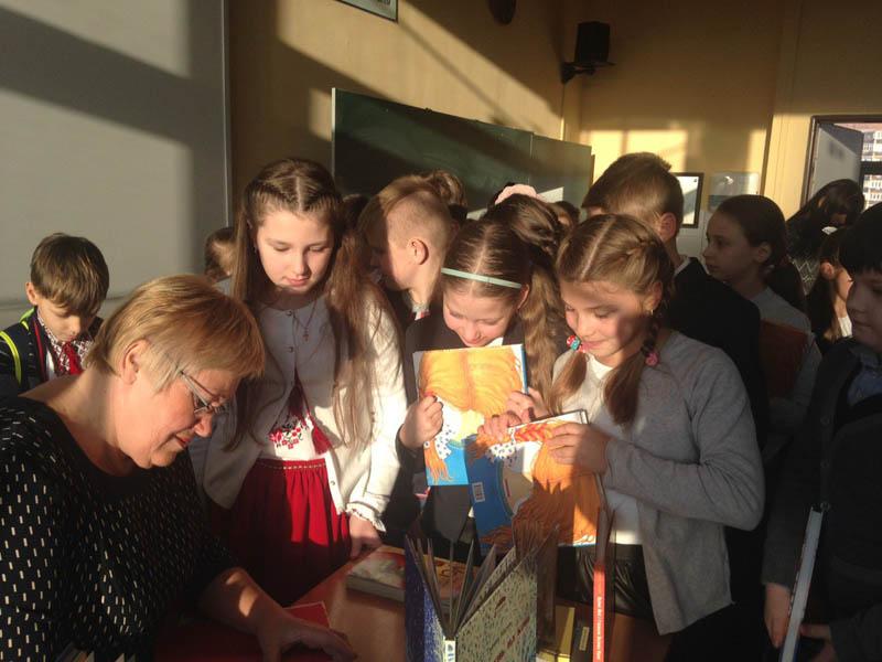 Галина Малик дає автографи