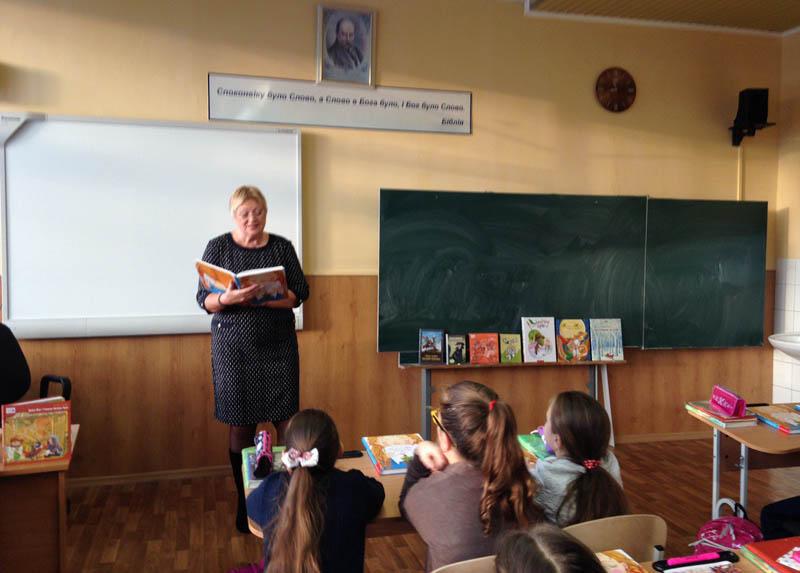 Галина Малик читає гімназистам свої твори