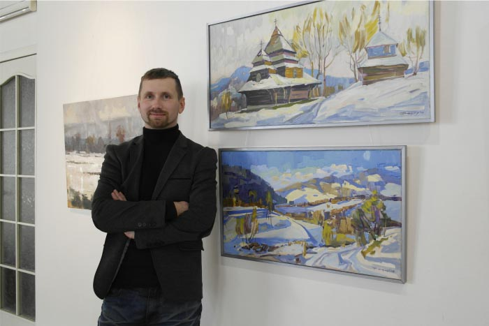 Олексій Федор біля своїх робіт