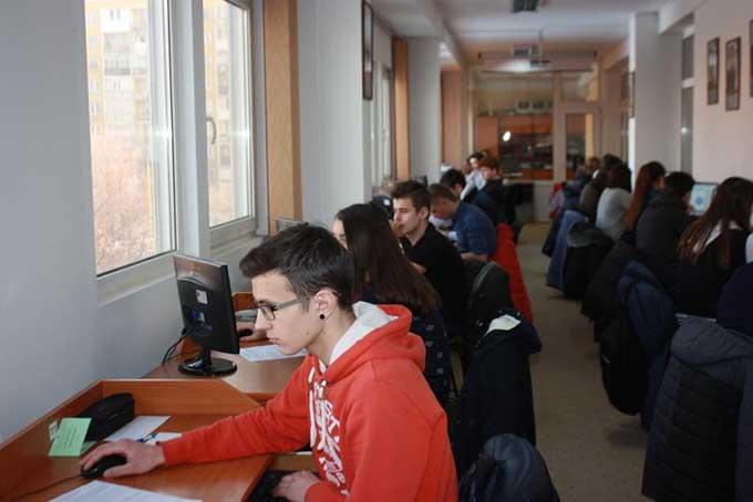 Учні у комп'ютерному класі