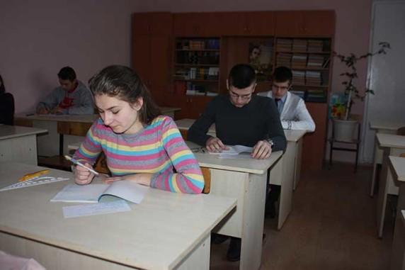 Учні пишуть олімпіадну роботу з економіки
