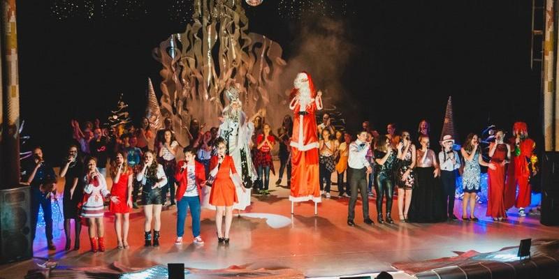 У святі взяли участь велетенські Дід Мороз і Снігуронька :)