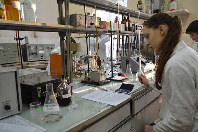 Робота в лабораторії хімічного факультету УжНУ
