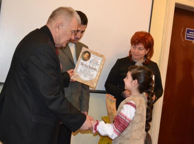 Петро Ходанич вручає грамоту