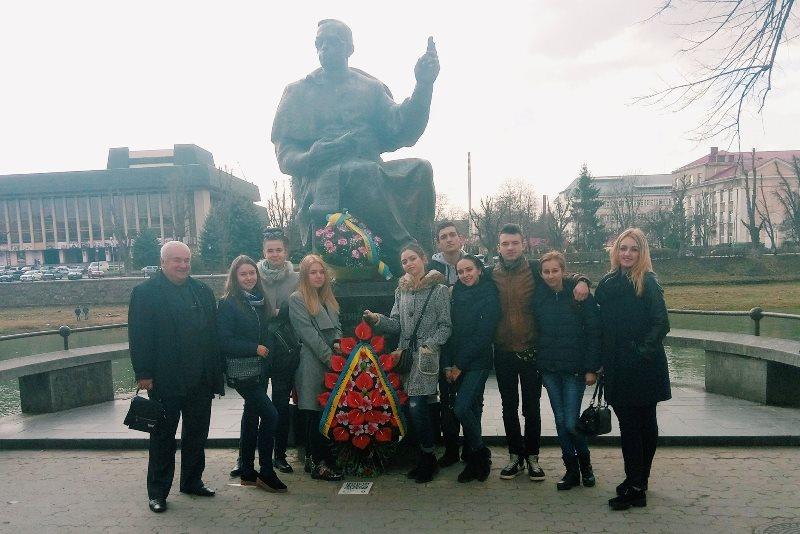 Поруч із пам'ятником Президенту Карпатської України Августинові Волошину в Ужгороді
