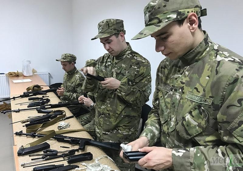 Студенти УжНУ вчаться чистити зброю