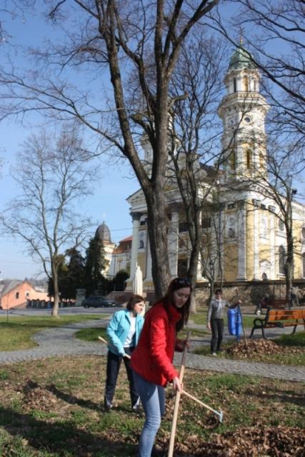 Прибирання у парку біля кафедрального собору