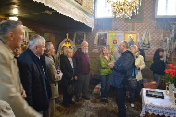 Екскурсію проводить Михайло Приймич