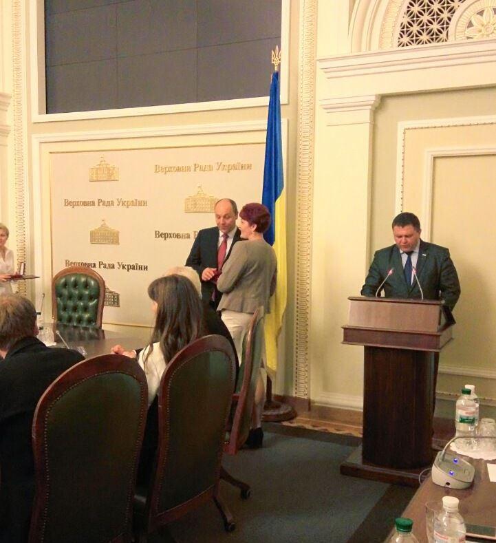 Андрій Парубій вручає нагороду Оксані Хміль