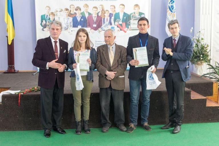 Переможці з Віктором Ющенком і Дмитром Павличком