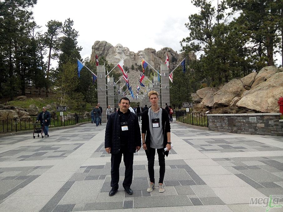 Олександр Міца біля гори Рашмор - меморіалу Джорджа Вашингтона, Томаса Джефферсона, Теодора Рузвельта й Авраама Лінкольна