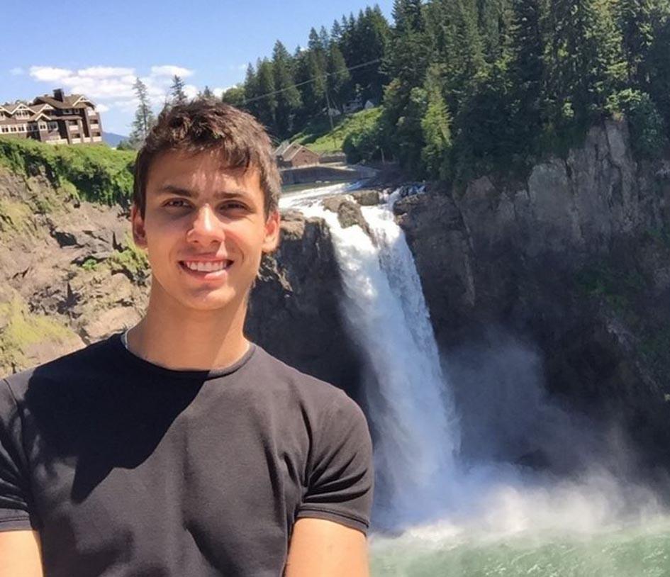 Сергій Нагін біля водоспаду