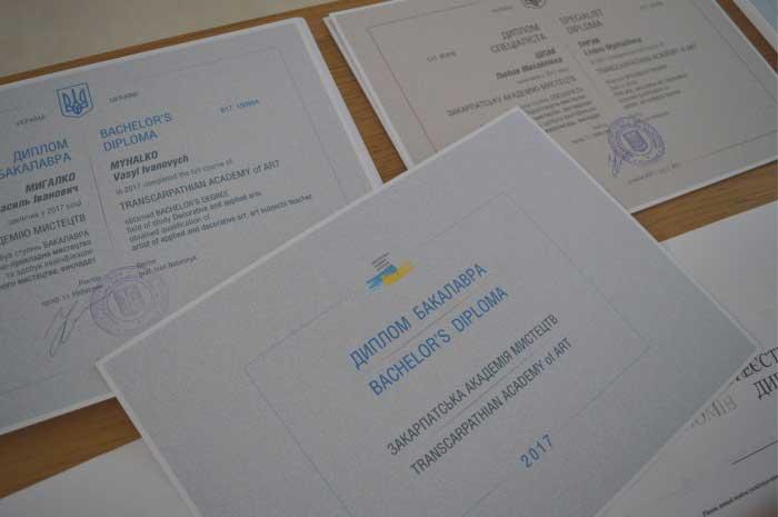 Так виглядають цьогорічні дипломи Закарпатської академії мистецтв