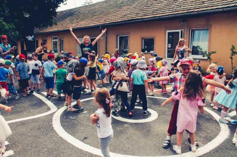 """Мукачівські дошкільнята танцюють танок """"Маленькі цукерки"""""""